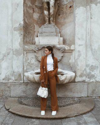 𝙏𝙖𝙞𝙡𝙡𝙚𝙪𝙧 𝙖𝙣𝙘𝙝𝙚 𝙙𝙞 𝙜𝙞𝙤𝙧𝙣𝙤 - chi l'ha detto che un tailleur non si può indossare anche di giorno per un look casual? Io l'ho abbianato così: dolcevita e sneakers 😊 vi piace questo look? #outfitoftheday#outfitlook#outfittoss#outfitidea#outfitdujour#outfitinspirations#outfitdaily#lookdivo#lookcasual#lookdelgiorno#lookdamoda#lookoftoday#milanstreetstyle#igmilano#fashiontrend#fashiontips#ootdshare#ootdmagazine#inspirationoutfit#fashionpost