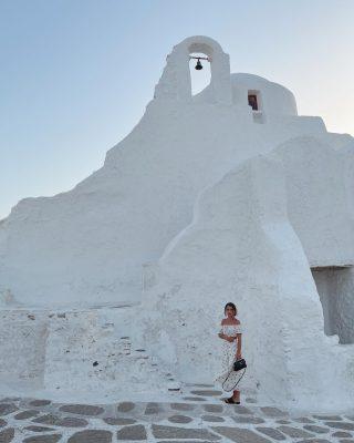 È la chiesa di Panagia, la chiesa più famosa di Mykonos, che si trova nel quartiere di Kastro.   È quasi sempre chiusa ma molto visitata dai turisti, oltre che per la sua struttura, anche perché è un punto molto bello da cui poter vedere il tramonto 🌅   #mykonos #mykonosisland #greece #chiesadipanagiaparaportiani