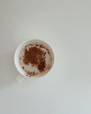 Iniziamo questo venerdì con un cappuccino e un quiz:   ❓conosci l'applicazione che ho utilizzato per creare la seconda foto che trovi scorrendo il carosello?   Se vuoi conoscerla per ricreare lo stesso effetto, commenta con questa emoji ☕️   #iocreosulweb #coffe #creativitypic #homephotoshoot #createathome