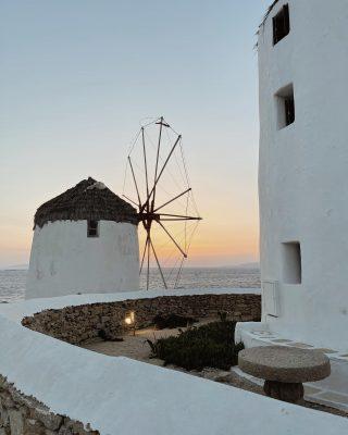 Stesso posto, diverso orario ✨   #mykonos #greece #sunset #outfitinspiration #windmills #windmillsmykonos