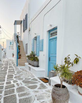 Fai swipe per vedere il look che ho indossato. Quel vestito ricorda proprio la Grecia, vero? 🇬🇷  #ootd #outfitpost #mykonos #greece