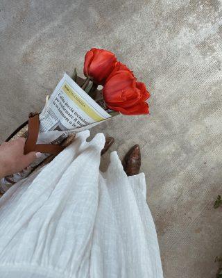 A volte basta veramente poco per scattare una bella foto,non trovate? 🌷  Mentre tornavo a casa con questo mazzo di tulipani pensavo alle foto che avrei potuto scattare. Tornata a casa ho preso la mia borsa in paglia preferita e sono scesa in giardino.   Ecco il risultato finale. Foto o video? Quale dei due preferite? ✨  #iocreosulweb #tulipaniitaliani #contentcreator #creativecontent
