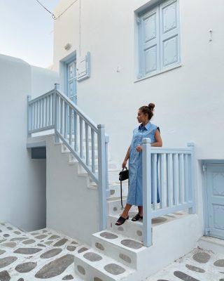 Cosa cambieresti a questo look?   { fai swipe per vederlo meglio }   1) avrei messo una cintura in vita   2) avrei messo scarpe diverse   3) avrei scelto una borsa di un altro colore   Fammelo sapere nei commenti 🙃  #outfitoftheday #inspofashion #ootd #mykonos #greece