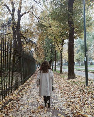 𝙑𝙖𝙣𝙩𝙖𝙜𝙜𝙞 𝙣𝙚𝙡𝙡 '𝙖𝙘𝙦𝙪𝙞𝙨𝙩𝙖𝙧𝙚 𝙫𝙞𝙣𝙩𝙖𝙜𝙚  Sapete quali sono i  principali vantaggi dello shopping vintage?   ▪️ Qualità dei materiali e del confezionamento sartoriale che sono sicuramente migliori rispetto a quelli di oggi   ▪️L'unicità del capo che permette di differenziarsi  ▪️Valore storico di un capo o di un accessorio  In questa foto indosso una giacca presa da @humanavintageitalia a Milano. È stato amore a prima vista e nonostante fosse una L l'ho voluta acquistare ✨  Voi avete capi Vintage a casa?  #humanavintage #vintage #secondhand #vintagestyle #vintageclothing #vintagefashion  #humanavintagemilano