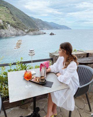 #monterosso // Cosa che sicuramente non può mancare quando si è in vacanza al mare: aperitivo vista mare 🍸  #torreauroramonterosso #liguria #italy