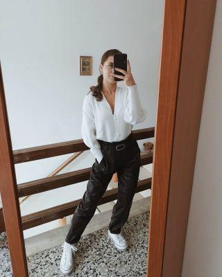 𝑷𝒂𝒏𝒕𝒂𝒍𝒐𝒏𝒆 𝒊𝒏 𝒆𝒄𝒐𝒑𝒆𝒍𝒍𝒆 Ecco un'idea su come poter indossare un pantalone in ecopelle. Questo è un modello slouchy che preferisco rispetto a quelli più aderenti. Indossato con un cardigan per un look casual, che dite? Perfetto per scuola e lavoro! 😊 #idealook #ootdshare #ootd