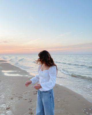 Il momento preferito della giornata quando sono al mare 🤍  Foto 1 o foto 2? Qual è la vostra preferita?   #sunsetlover
