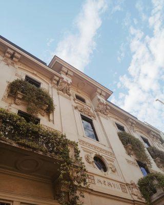Ogni volta che vado a Milano trovo un palazzo da fotografare. Mi piacerebbe tanto vivere in uno di questi, non sono meravigliosi? ✨ Son curiosa di sapere: da dove mi seguite? 😊 #milano
